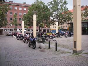 Motorcyklar på torget vid Gullmarsplan straxt före 18:30 en onsdag